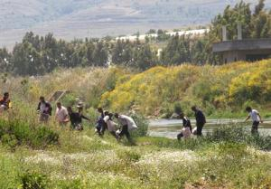 Syrian refugees corssing the border Nahr al-Kabir River into Lebanon. Source: The Daily Star.